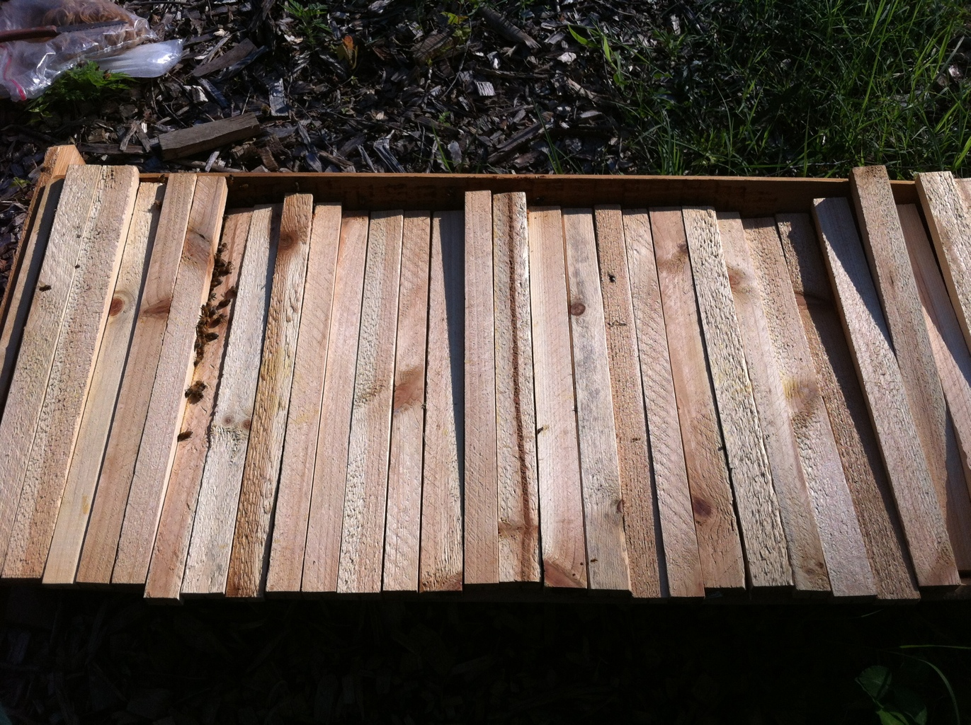 Top bar hive with slipping top bars